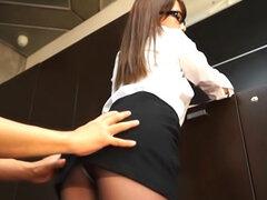 Adolescente de oficina Ria Mikotori se burla a través de sus medias aceitosas