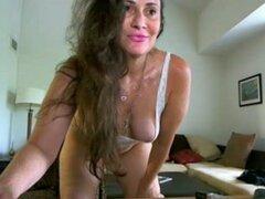 Deliciosa milf morena webcam video, esta hermosa milf amateur morena en ropa interior de algodón blanco pequeño y lápiz labial rosa muestra sus grandes tetas en webcam mientras bromas para revelar su apretado coño