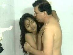indio bruto adolescente golpeado por un abuelo afortunado