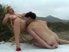 Naughty Rubia desnuda follando en hierba, Kelly Moon no es la chica más sutil en el mundo, pero que sin duda es un caliente. Hoy ella está recorriendo para el sexo, y ella termina encima de conseguir en la playa. Me encanta el hecho de que sólo se quita l