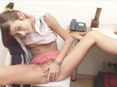 Adolescente de oficina masturbándose el coño peludo