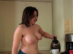 ATKhairy: Beryl - película Amateur. Beryl es en la cocina haciendo un poco de limpieza. Pero la limpieza es aburrido así que ¿por qué no desnudarse y mostrar su cuerpo peludo? ¿Por qué no subirse encima del agua fregadero y chapoteo de su coño peludo? ¡Po