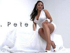 Mira este video con la hermosa latina Adriana Luna haciendo un striptease para cojer después