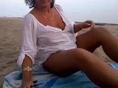 Chica webcam jugando en la playa