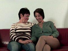 Tijeras lesbianas morenas madurados con una puta guarra y tetona