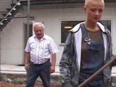 Estudiante de pelo corto tatuado ordeñar la polla del abuelo