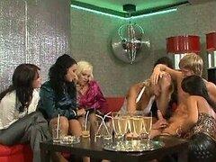 Hot MILFs mamar una gran polla y vaya lesbianas mutuamente en una fiesta CFNM