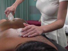 Lesbianas masaje divertido con ébano lezdoms asiática y rubia, ébano y Asia toma el control de un masajista rubia