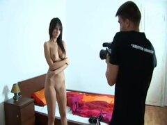 Impresionante chica le gusta tocar a sí misma, morena bonita en vestido agradable es masturbarse frente a cámara