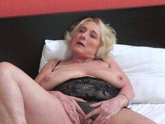 Hermosa abuela golpeada en ropa interior. Hermosa abuela golpeada en ropa interior en la habitación de hotel