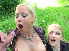 Meando y follando dos rubias calientes al aire libre en el Parque