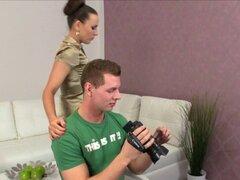 Cliente se la follan por un agente femenino. Cliente afortunado se la follan por un agente mujer seductora