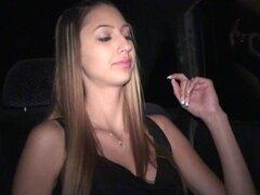 Chica hermosa en público Solo