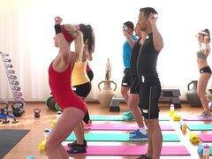 Sexo interracial de lesbianas en sala de fitness. Una docena de asnos sexy en shortses firmemente que hacer ejercicio en el gimnasio y luego dos de ellos de ébano y blanca morena tribbing lesbos y lamer después de clase