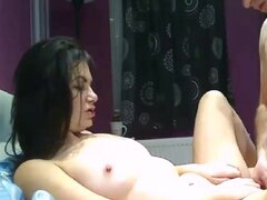 Sexy milf morena es follada en webcam