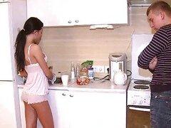 Caliente morocha de increible cuerpo es follada por un chico rubio mientras su novio los observa