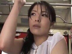chicas con camiseta mojada anduvo a tientas en el autobús