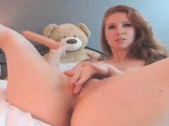 Adolescente gordo con grandes tetas masturbándose y chorros en webcam