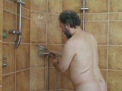 Abuelo me duele la espalda en la ducha y el hijo se lo folla mejor