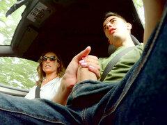 Ava Austen trazos polla masiva del autostopista Jordi mientras conduce el auto - Ava Austen