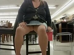 Rubia gordita parpadea su gordo coño afeitado, mujer gordita rubia en falda jeans corto parpadea su gordo coño depilado a la cámara en una tienda de muebles.