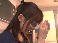 Minami Kojima naughty milf asiática en vidrios en bukkake. Minami Kojima es un maestro asiático caliente obteniendo una fantasía hecha realidad. Es en el aula con varios tios cachondos con sus pollas duras en este cuarteto desagradable! Ella chupa la poll