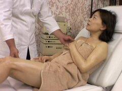 Chica asiática guarra follada por el masajista en película voyeur sexy, Koji es una masajista asiática que le gusta poner sus manos en el cuerpo precioso de sus clientes de la señora. En esta cámara oculta de masaje video toma buen cuidado de una chica se