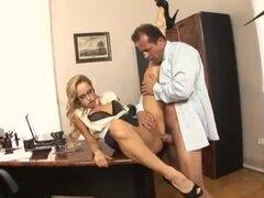 Chicas tetonas disfrutan follando anal en un porno caliente, en esta película porno, hay escenas con Bimbo titted grande chupar, montar a caballo dick y conseguir sus pendejos follan.