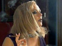 Cougar madura tetona caliente fumar Solo
