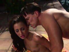 Macho brutal come flaco Amia Miley y obtiene Felación junto a la piscina
