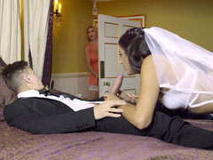 Horny invitadas Leigh Darby enseña a Carolina Abril a mamar ese pollón - Carolina Abril, Leigh Darby