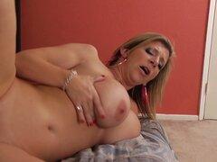Cougar fabulosa tetona Sara Jay consigue su coño maduro perforado mal