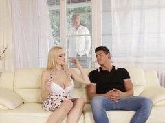 Los padres bisexuales seducen hijas novio
