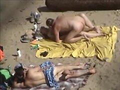 tre40 - dos parejas playa, dos parejas que están solos en una playa nudista privada y hacen las guarradas, sin darse cuenta de que están siendo grabados. Maduro y joven, follan en las mantas, destellando sus cuerpos desnudos.
