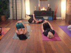 Coño Yoga: Instructor Chanel Preston castiga irrespetuoso estudiante!, estudiante de Yoga jazmín Jae no se dio cuenta la gravedad de su ofensa cuando ella contestó su teléfono durante la clase de yoga de Chanel Preston. Después de los otros estudiantes, C