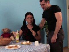 Coed WANKZ - morena es adicta a la crema de hombre