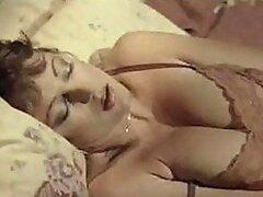 Caliente MILF masturbandose en este increible clasico con un gran consolador