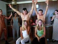 Chicas de fiesta caliente follando en la piscina. Pecaminosamente fiesta chicas mamando y follando grandes pollas en público junto a la piscina