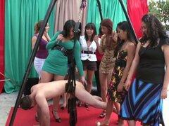 Chicas fetiche nalgadas perdedor. Chicas fetiche azotar y humillan a perdedor desnuda en la fiesta de cfnm