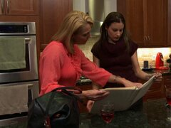 Madura ama de casa seduce a secretaria del marido en un asunto lesbico - Brenda James, Samantha Ryan