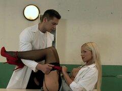 enfermera sexy en uniforme y en ropa interior golpeado por su paciente