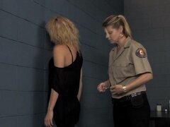 Guardia de la prisión sanciona a nueva chica en la carcel