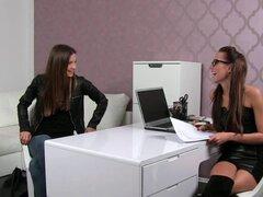 Agente femenina hermosa Lamiendo coño de clientes. Hermosa mujer agente lamer coño peludo clientes apasionadamente en la oficina