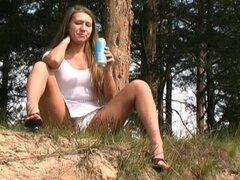 Fumar al aire libre y orinando con jovencitas