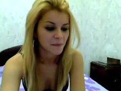 Linda amateur playgirl oro pelo va totalmente desnuda en livecam en clip casero caliente, linda chica rubia amateur va completamente desnuda por webcam en video casero hot
