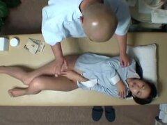 SpyCam reacia esposa seducida por el masajista, joven esposa reacio, es seducida por un masajista de la salud. Filmado con un CCTV espiar en la habitación
