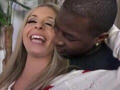 Rubia recibe un facial de un negro follador, el final de la porno video, perra recibe un tratamiento facial, pero antes de eso, se la ve disfrutando de sexo anal duro con un hombre negro fuerte.
