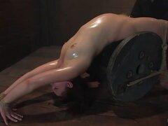 Kimberlee Cline en Kimberee Cline: comercios dolor por placer sólo a - HogTied. Kimberlee es un estilo de vida BDSM. Gimiendo muy poco gemido de ella, sonríe más felicidad como orgasmos de dolor. Tiene dolor traduce a placer. ¡Incluso ella pide más corre