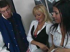 Tetona rubia escuela chica Brooke Belle recibiendo su coño perforado en clase