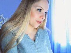 Chica muy guapa con tetas lechosas follada ella misma